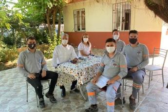 Büyükşehir-Belediyemizin-Akdeniz-Haşere-ilaçlama-ekibiyle-karşılaştık-bir-soluk-alın-dedik-ve-çalışmalarını-konuştuk.-Tebrikler-gençler