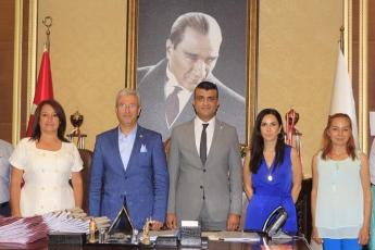 Mersin Barosu Başkanlığı'na seçilen Av.Gazi Özdemir ve yönetimini Akdeniz İlçe Başkanımız sayın Semih Palamut ve İl Hukuk Komisyonu üyesi meslektaşlarımız ile birlikte ziyaret ettik.