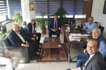 """Ömrü FETÖ ile mücadeleyle geçen Sözcü'ye """"FETÖ"""" cezası verildi. Bu karar tarihe kara bir leke olarak geçecektir. Sözcü Gazetesi, gerçekleri yazdığı ve aydınlattığı için hapis edilmek isteniyor. Bu nedenle Emin Çölaşan'a 3 yıl 6 ay, Necati Doğru'ya 3 yıl 6 ay, Metin Yılmaz'a 3 yıl 4 ay, Mustafa Çetin'e 3 yıl 4 ay, Yücel Arı'ya 2 yıl 1 ay, Gökmen Ulu'ya 2 yıl 1 ay ve Yonca Yücekaleli'ye 2 yıl hapis cezası verildi. Biz de bugün halkın gazetesi Sözcü'ye destek ziyaretinde bulunduk."""
