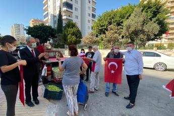 Mezitli İlçe Başkanlığımız ile birlikte 29 Ekim Cumhuriyet Bayramımız Nedeniyle Esnafımıza Bayrak Hediye Ettik