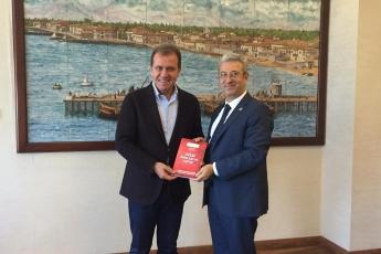 Mersin Büyükşehir Belediye Başkanımız Sayın Vahap SEÇER'i Ziyaret Ederek, Bir Yıllık Çalışmalarımızı İçeren Kitabımızı Takdimimiz.-01
