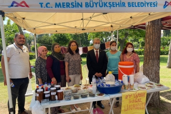 Mersin Büyükşehir Belediyemizin Tarsus Kültürpark'ta açmış olduğu Doğa Dostu Üretici Stantlarını Tarsus İlçe Yöneticimiz, kadın kolları başkanımız ve ilçe gençlik kollarımızla birlikte ziyaret ettik.