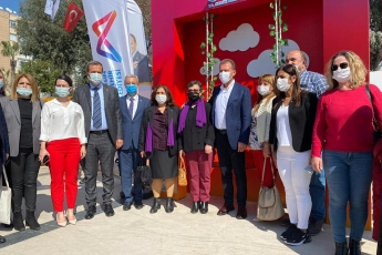 Özgecan Aslan Barış Meydanı'nda; Mersin Büyükşehir Belediye Başkanımız Sayın Vahap Seçer ile birlikte '8 Mart Dünya Emekçi Kadınlar Günü' nün anlam ve önemi kapsamında emekçi kadınlarımızla bir araya geldik.
