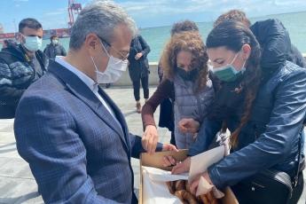 Değerli hemşerilerim, yol arkadaşlarım… Mersin Liman İşletmesinin genişletme projesi yüzünden Atatürk Parkı'nı konteynırlar kaplayacak. Park, konteynırlar yüzünden gözükmeyecek. Atatürk'ün adını Mersin'den silmek ve Mersin'in siluetini kar ve rant hırsına kurban etmek istiyorlar! Bizler de her Mersinlinin mutlaka güzel bir anısının olduğu Atatürk Parkımızı korumak için mücadeleye devam ediyoruz.