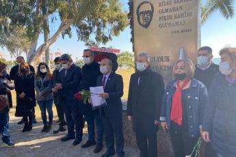 """""""Bir gün mezarlarımızda güller açacak ey halkım unutma bizi..."""" İl Başkanımız, İl Yöneticilerimiz, İlçe Başkanlarımız, Kadın Kolları Başkanlarımız Gençlik Kolları Başkanlarımızla Uğur Mumcu'yu Katledilişinin 28. yılında andık."""