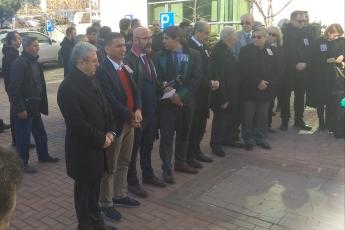 Mersin Barosu Önünde Geçmiş Dönem Mersin Baro Başkanlarımızdan 100 Yıllık Çınar Avukat Şinasi Develi nin Cenaze Törenine Katılımımız.-02