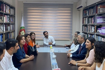 Genel Başkan Yardımcımız Gülizar Biçer Karaca, Milletvekilimiz Sezgin Tanrıkulu, Parti Meclisi Üyemiz Sevgi Kılıç, Diyarbakır İl Başkanımız Gönül Özel ve İl yöneticilerimiz ile birlikte Diyarbakır Barosunu ziyaret ettik.