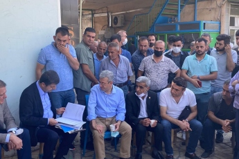 Diyarbakır'da ikinci gün çalışmalarımız devam ediyor.  Tütün pazarında, üreticilerin ve satıcıların sorunlarını dinliyoruz. Tütüncülere getirilen cezalarla onları adeta açlığa mahkum ettiler. Yapılan son zam yağmuru sonrası da üretici ve satıcılar tamamen perişan olmuş durumda...